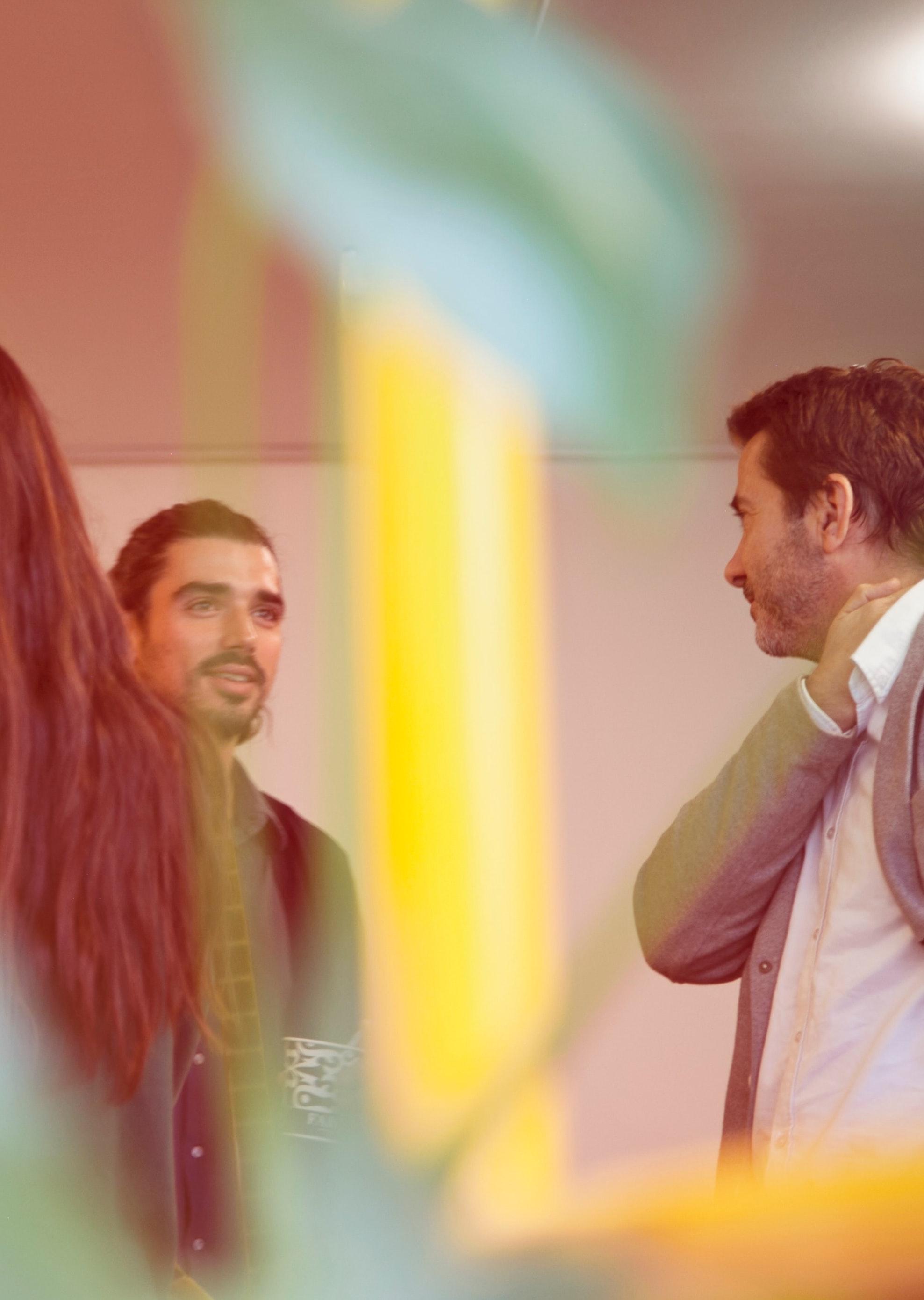 2 hommes en train de discuter